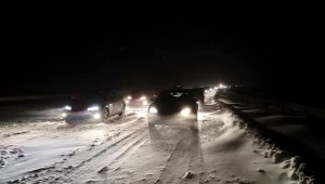 Coches atrapados por la nieve en AP-6