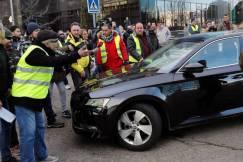 graf3855-madrid-24-01-2019-un-grupo-de-taxistas-ante-un-vehiculo-con-licencia-vtc-a-las-puertas-del-recinto-ferial-de-ifema-donde-se-celebra-la-feria-de-turismo-fitur-durante-el-cuarto-dia-de-huelga-del-sector-del-que-reclama-a-la-administra.jpg